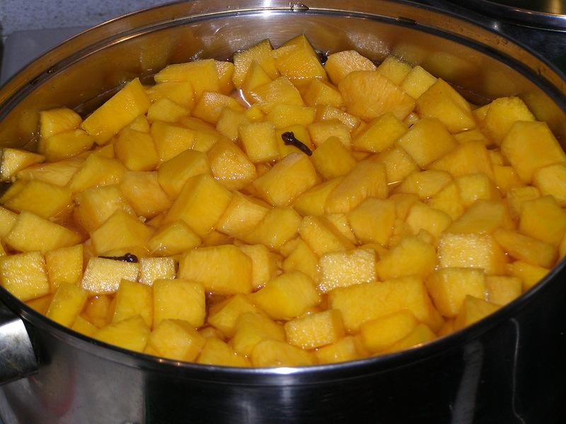 Нарезаем овощи и добавляем воду