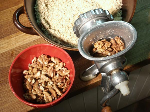Натираем орехи для приготовления сациви