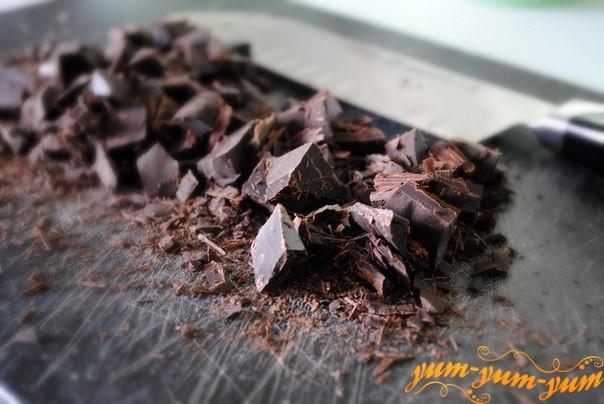 Добавляем шоколад для приготовления маффини