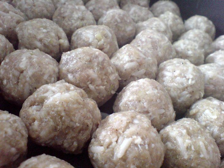 Формируем шарики из мяса