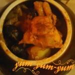 Курица с грибами и картошкой в горшочке