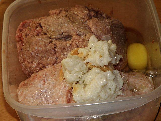 К мясу добавляем сухари, лук, яйца