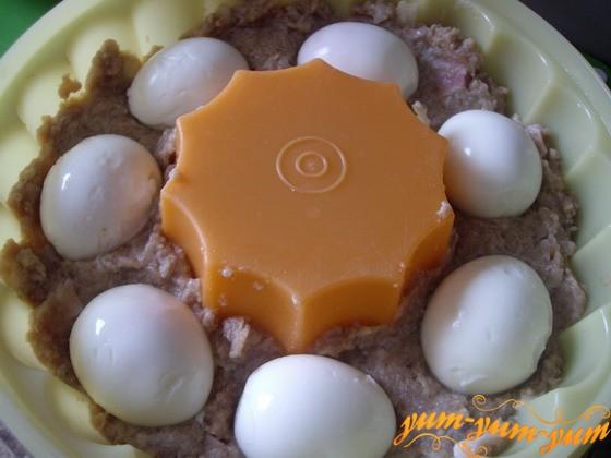 На фарше раскладываем вареные яйца