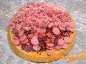 НАрезаем и обжариваем мясо для солянки