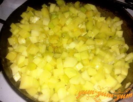 Нарезаем кубиками картофель и обжариваем его