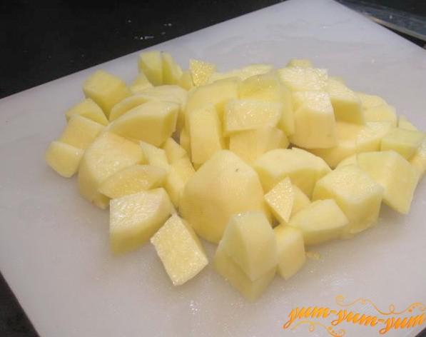 Нарезаем кубиками картофель для ухи