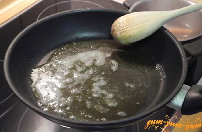 Обжариваем курицу и грибы на сковороде