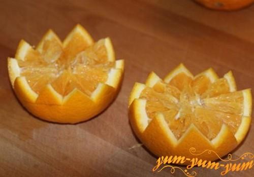 Разрезаем апельсин на две половины