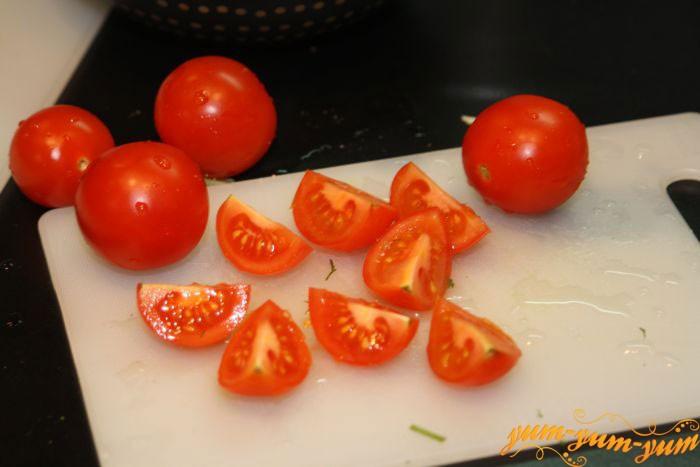 Разрезаем помидоры на 4 части