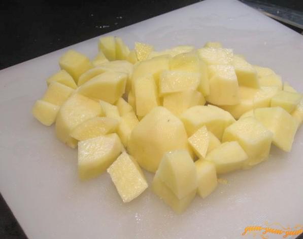 Нарезаем картофель кубиками для горохового супа