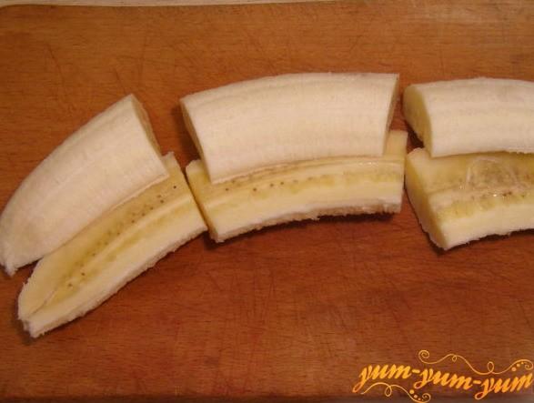 Разрезаем банан на три части