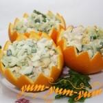 Салат с куриным филе и огурцами в апельсиновых шкурках