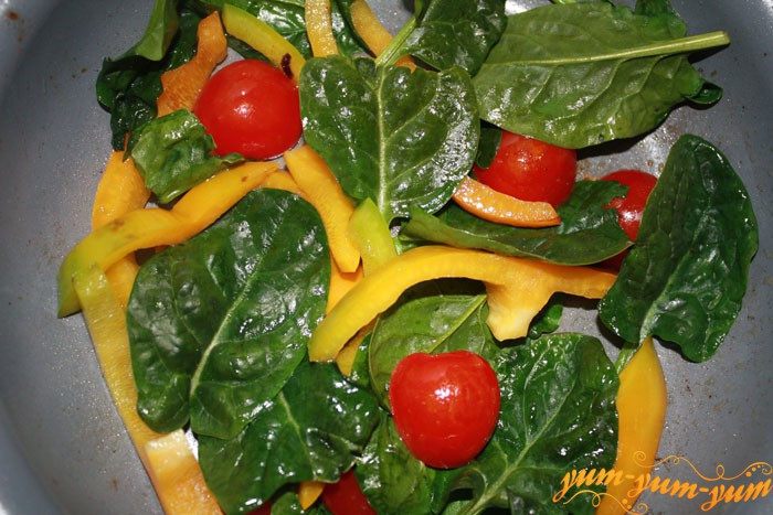 Добавляем помидоры, перец и шпинат