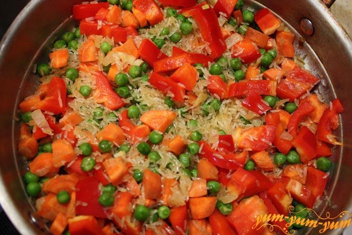 Добавляем зеленый горошек, соль, перец
