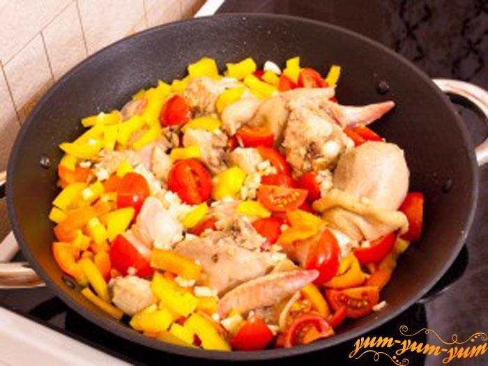 Добавляем к курице помидоры и перец