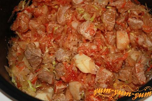 Добавляем к мясу квашенную капусту