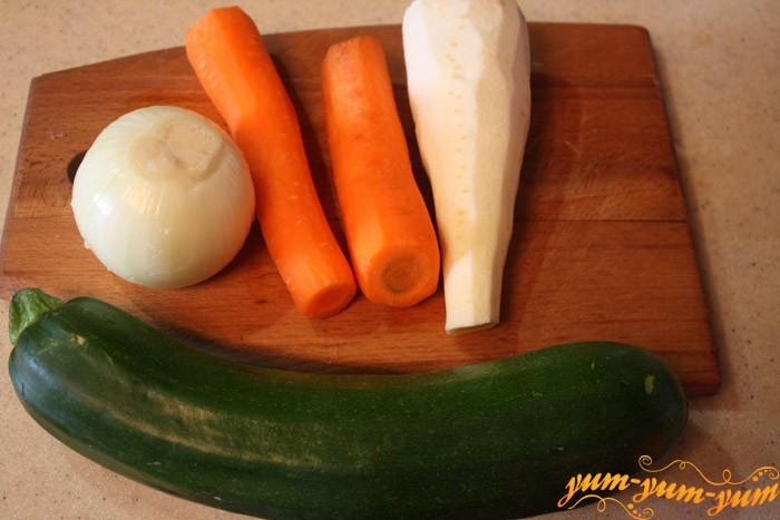 Подготавливаем ингредиенты для овощного рагу
