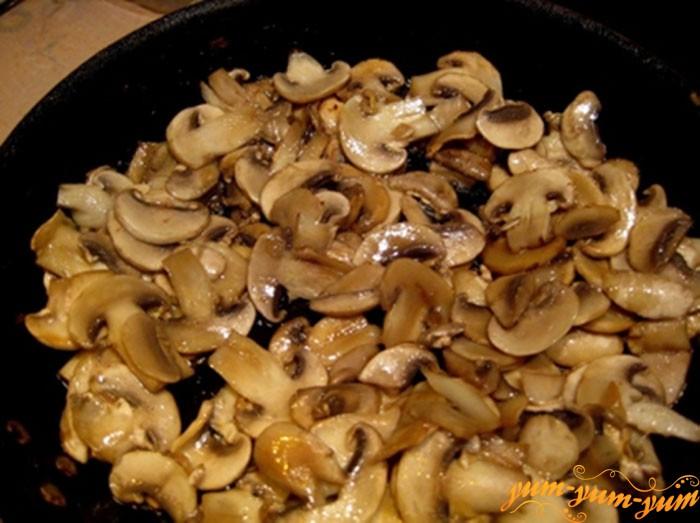 НА отдельной сковороде обжариваем грибы