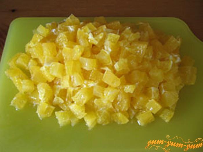 Нарезаем мякоть апельсина кубиками