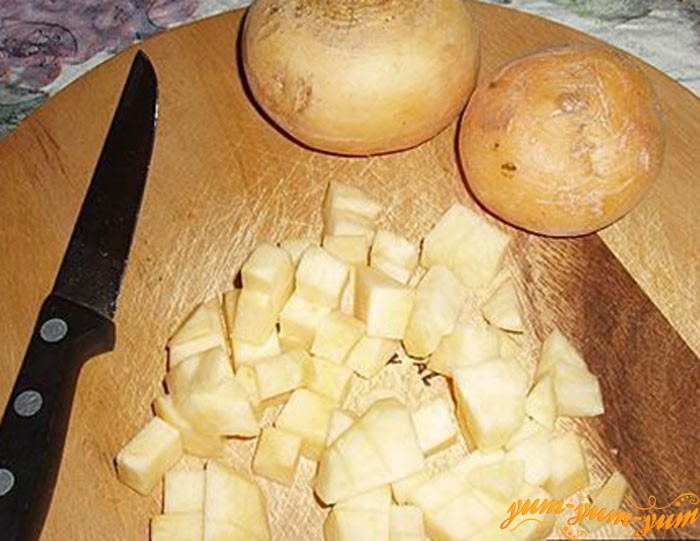 Нарезаем репу и картофель