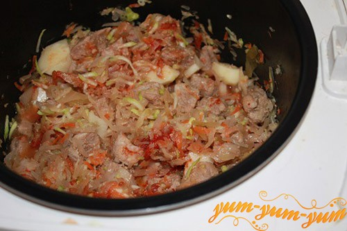 Обжариваем мясо и лук на сковороде