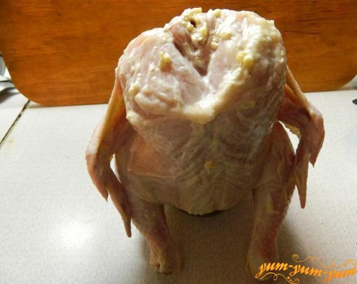 Подготавливаем курицу для запекания