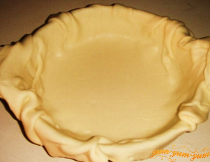 Раскладываем слоенное тесто на дно формы