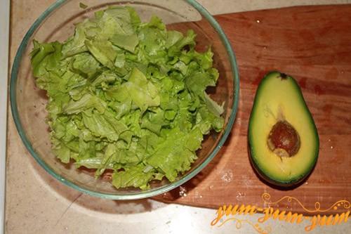 Разрезаем авокадо и вытягиваем косточку