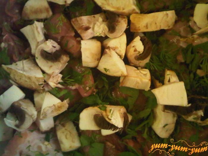 Смешиваем грибы. мясо и зелень