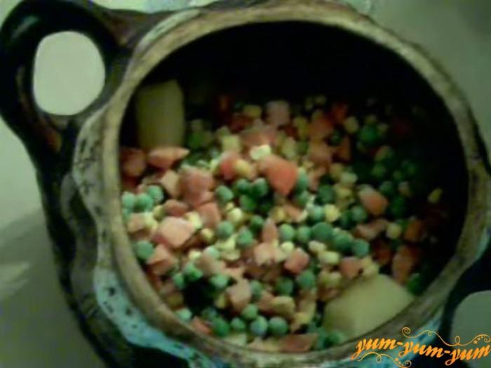 Смешиваем картофель и овощи в керамическом горшке