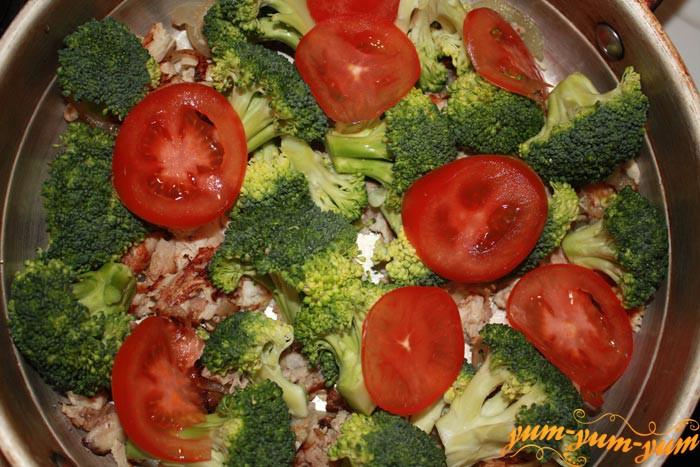 Выкладываем брокколи и помидоры на курицу