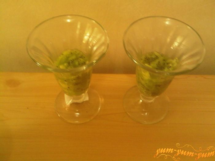 Выкладываем киви в стакан