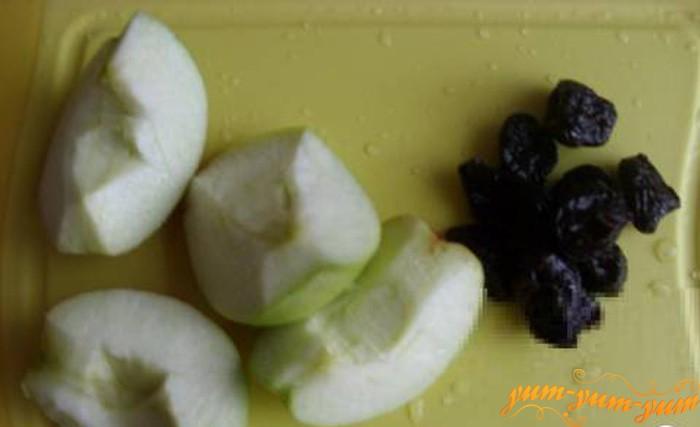 Выкладываем слой яблок и чернослива