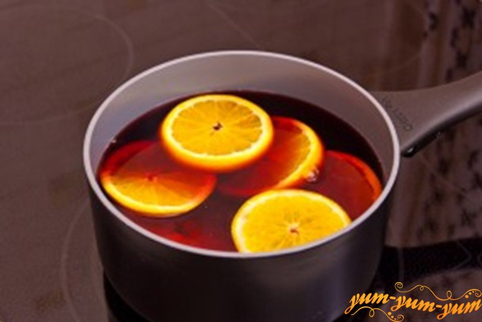 Добавляем в вино нарезанный апельсин