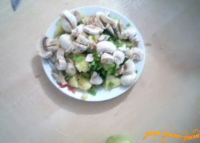 нарезать грибы и мякоть кабачка