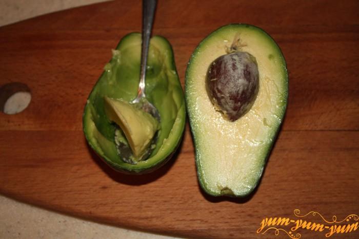 подготавливаем авокадо для салата