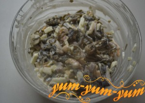 Салат из консервированной морской капусты с морепродуктами рецепт с фото