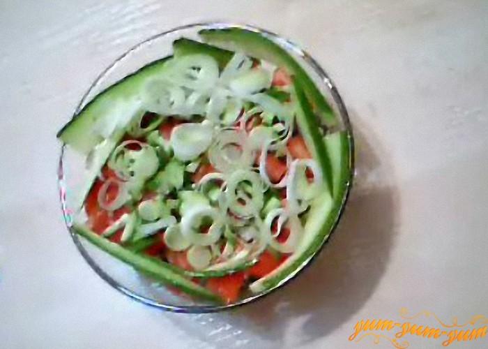 салат можно подавать к столу