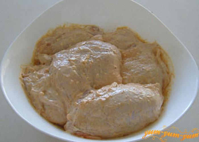 куриные бедра смешиваем  с чесноком