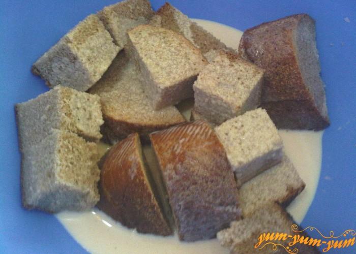 черный хлеб для котлет из свинины заливаем молоком