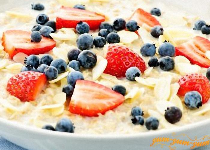 Готовая молочная каша со свежими фруктами