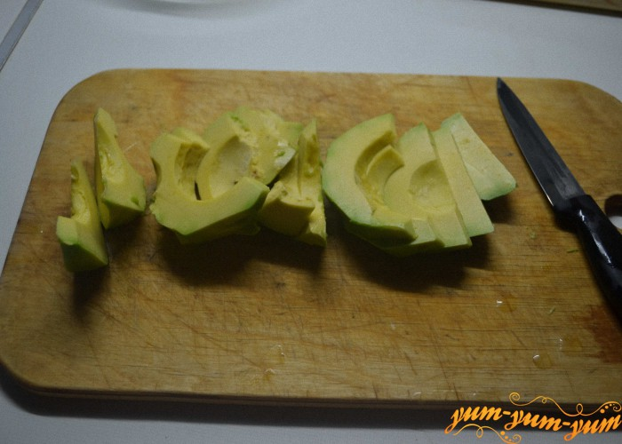 нарезать фрукты для яблочного штруделя