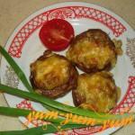 фаршированные шампиньоны овощами и мясом готовы