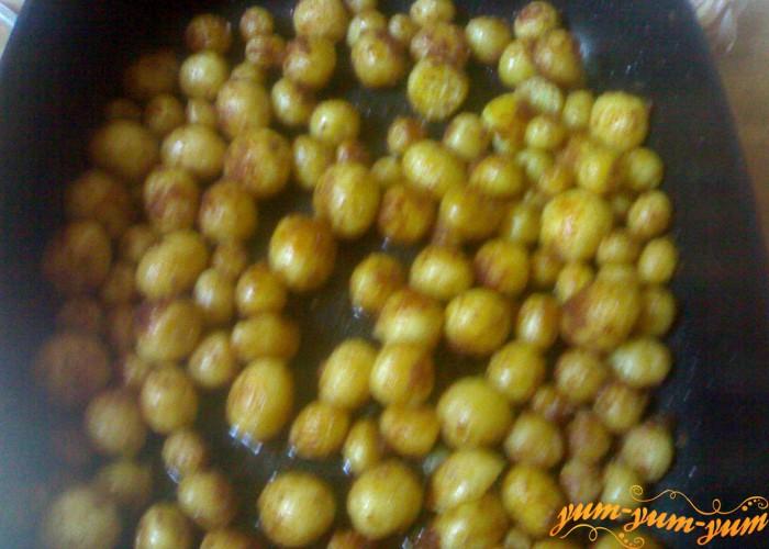 картофель хорошо обжарить в масле
