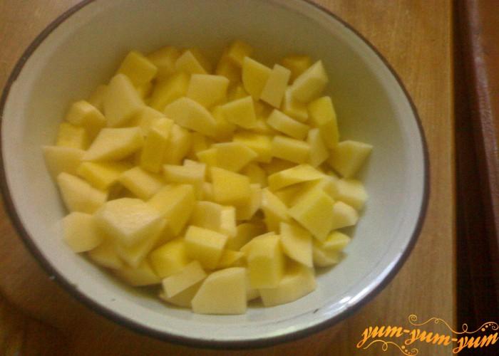 Нарежем средними кубиками картофель для зеленого борща