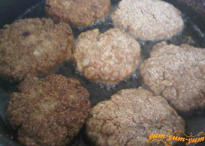 котлеты из свинины с хлебом обжариваем на растительном масле