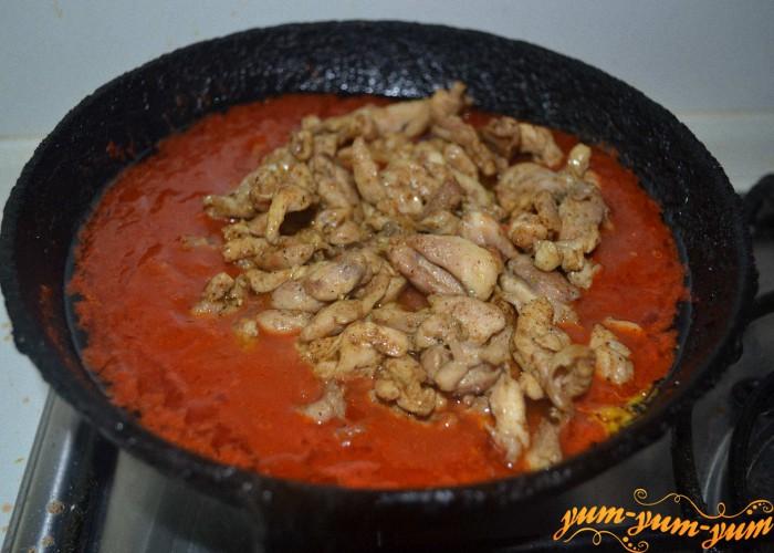 мясо добавить в томат