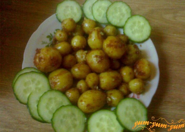 Мелкая молодая картошка жаренная в масле готова
