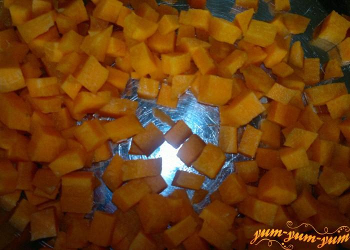 нарезать морковь кубиками для рагу из кабачков и картофеля