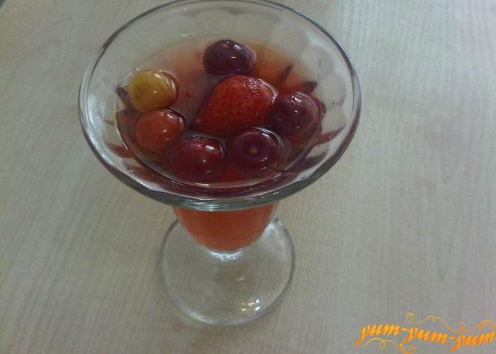 напиток из черешни и клубники готов